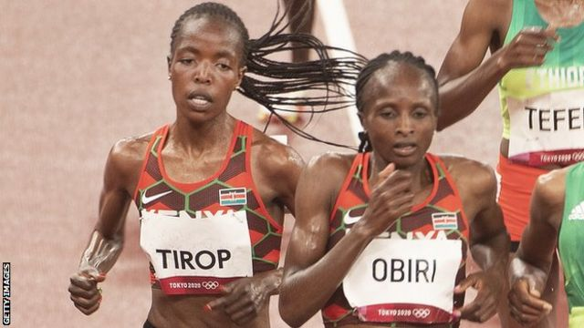 Hellen Obiri (right) in the race against Agnes Tirop at the Tokyo Olympics